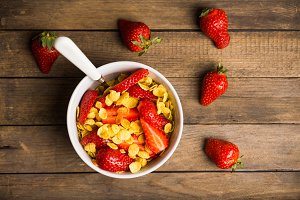 Cornflakes with fresh strawberry