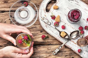 Tea with raspberries