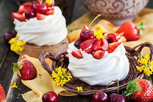Pavlova meringue cakes