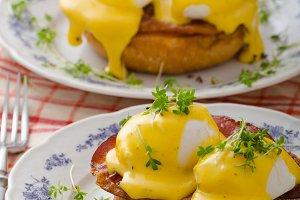 Eggs benedict, prosciutto with hollandaise
