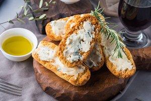 Italian toasts with gorgonzola cheese