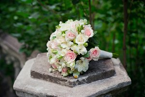 White edding bouquet with pink roses