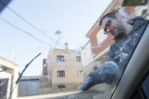 Knocking the car ice
