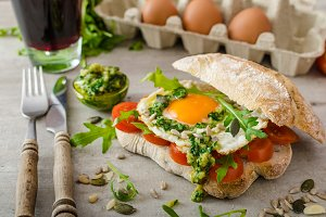 Ciabatta with fried egg, tomatoes and pesto