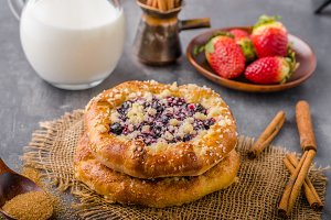 Crubmle mini pie with berries