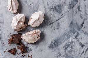 Baking meringue with chocolate