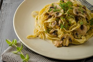 Fettuccine with garlic and mushrooms