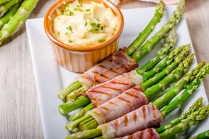 Asparagus on grill with bacon