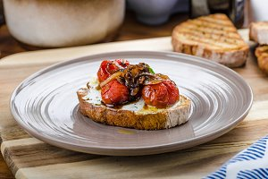 Crostini with roasted tomato