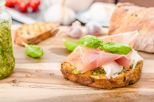 Crostini with ham and cheese
