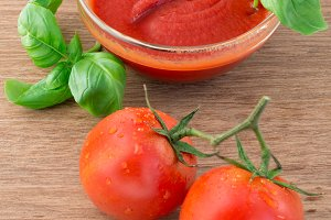 Tomato sauce, fresh tomato and basil