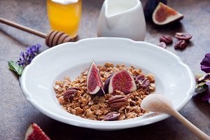 Oatmeal granola with fresh figs