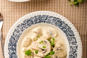 Chicken with mushrooms and cream sauce