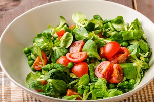 Lamb lettuce salad with tomato