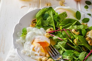 Lamb lettuce salad with fried egg