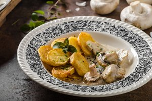 Mushroom sauce with roasted potatoes