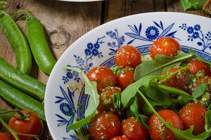 Salad of arugula and cherry tomatoes