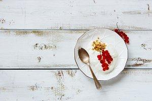 Granola, yogurt and currants