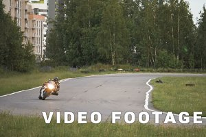 The motorcyclist enters the turn at high speed - slowmo 180 fps