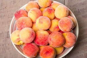 Yellow peaches in a bowl