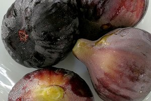 Black figs on plate