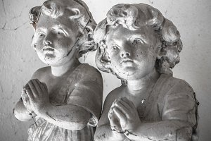 Statues of children in prayer