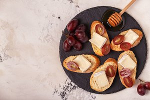 sandwiches of cheese, grapes