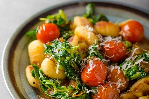 Gnocchi with spinach, garlic and tomatoes
