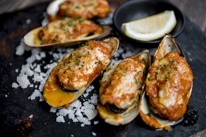 Mussel grilled with sauce