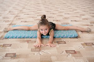 Little girl doing leg-split