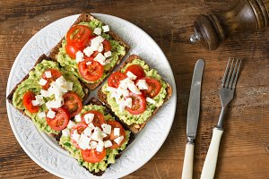 Mashed avocado, tomato and cheese toasts
