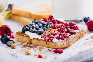 Toast with cream cheese and berries
