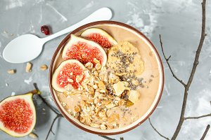 smoothie bowl with figs
