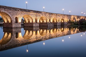 Roman bridge of Mérida at night