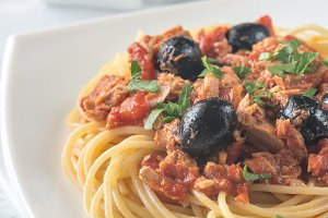 Spaghetti with tuna and olives