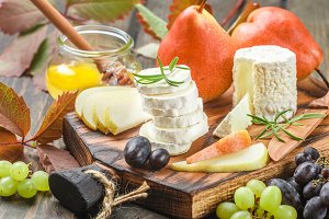 Goat cheese with fruit and honey