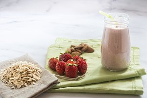 Smoothie with oats, strawberry