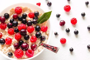 milk oat porridge with berries