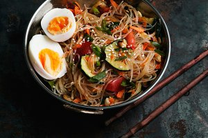 Rice noodles with zucchini, onion and sesame