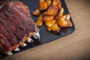 Barbecued honey ribs with potatoes