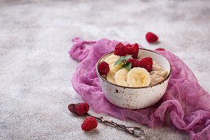 Oatmeal with raspberry and banana