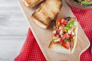 Crispy toasts with tomato salad