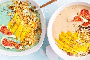 Spirulina and carob smoothie bowls