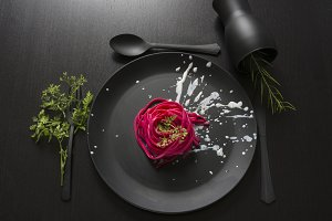 Spaghetti roses, black place setting