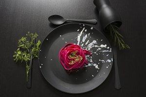 Spaghetti roses, black place setting