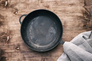 round black cast-iron frying pan