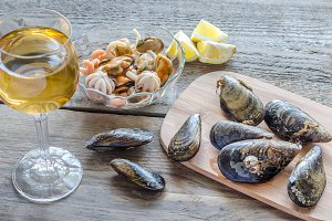 Mussels with a glass of white wine