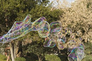 Artist makes big soap bubbles