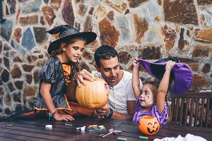 Family with hallowen preparations