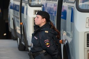 lady-policeman at the bus,